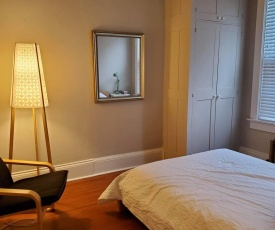 Kitchener Queen 2BR Apartment